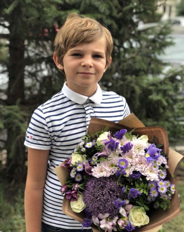 Букет на 1 сентября с розами и хризантемами