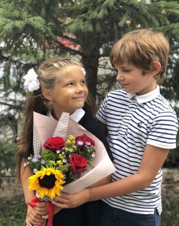 Букет на 1 сентября с подсолнухом и розами
