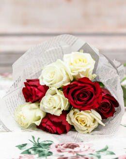 Букет цветов из 9 белых и красных роз