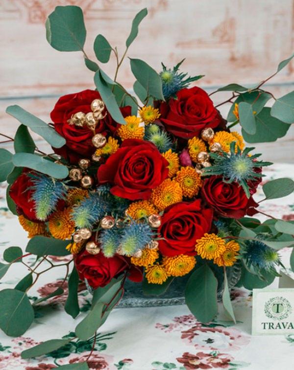 Букет цветов с розами, хризантемами, эрингиумом, шиповником, эвкалиптом