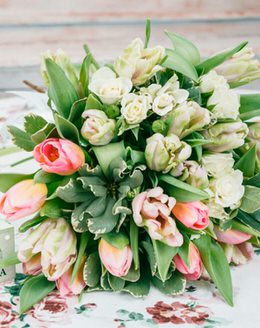 Букет цветов с тюльпанами, розами