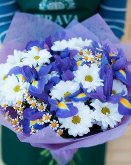 Букет цветов с хризантемой, ирисом, танацетумом