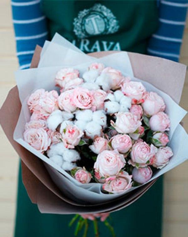 Букет цветов из нежно-розовых роз и хлопка