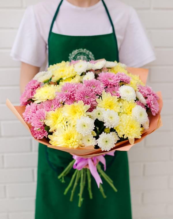 Букет из кустовой хризантемы: розовые, желтые и белые