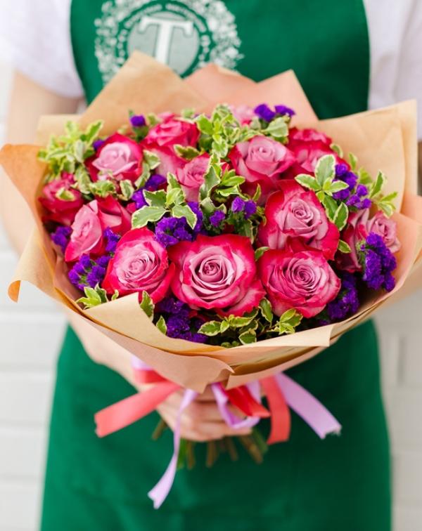 175 Букет цветов с розами и статицей
