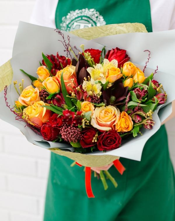 Букет цветов с разными сортами роз, альстромерией и леукадендроном