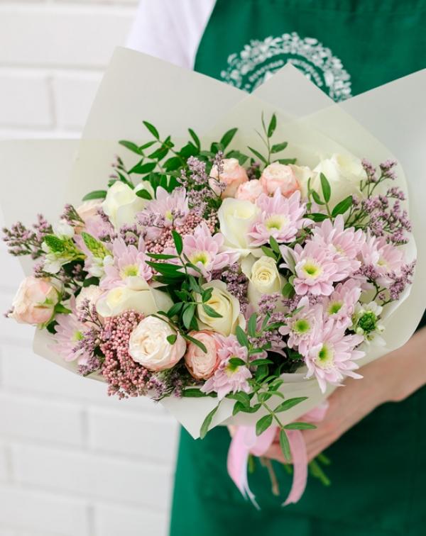 Букет цветов с розой, хризантемой, лимониумом, орнитогалумом и озотамнусом