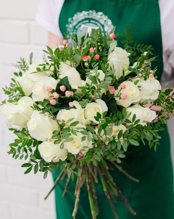 186 Букет цветов с белой розой, гиперикумом и листьями фисташки