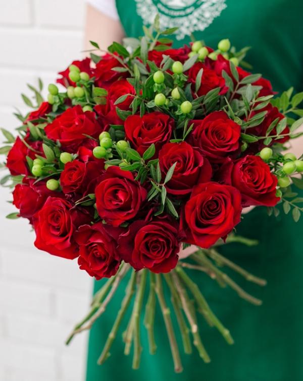 Букет цветов с красной розой, гиперикумом и листьями фисташки