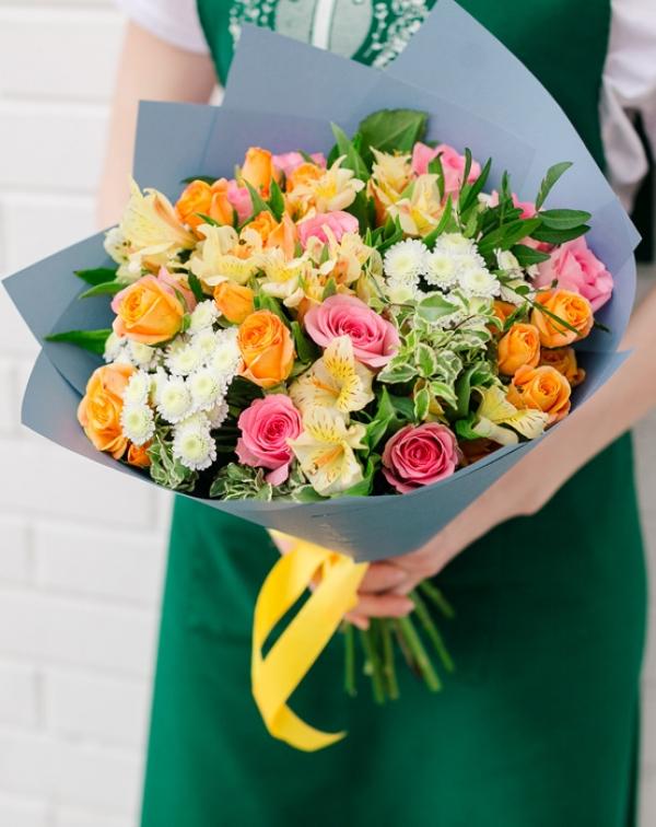 Букет цветов с альстромерией, розой, хризантемой, питтоспорумом
