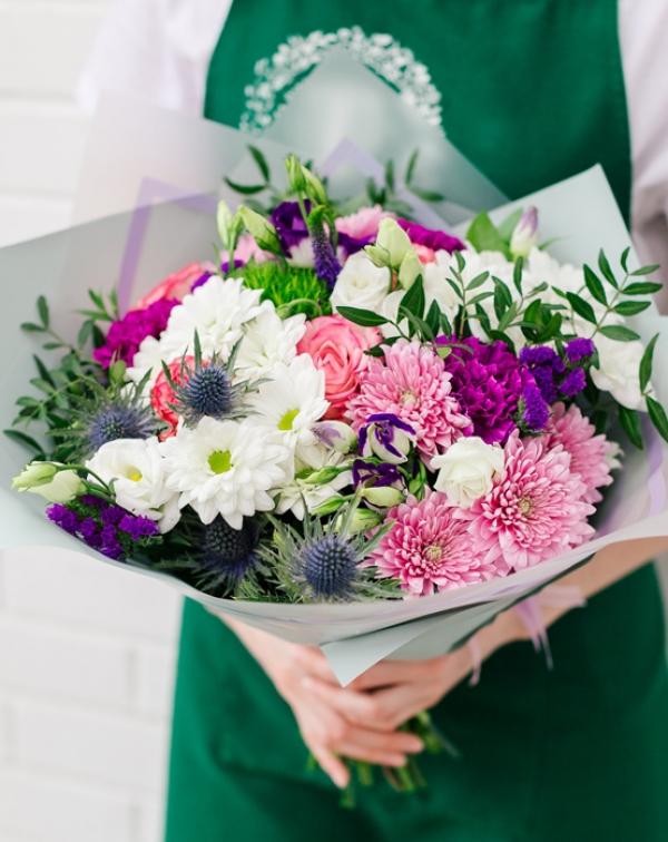 Букет из розы, хризантемы, лизиантуса, гвоздики, эрингиума
