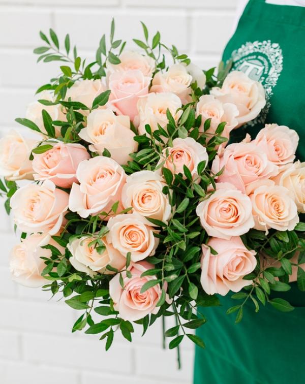Букет нежных роз с листьями фисташки