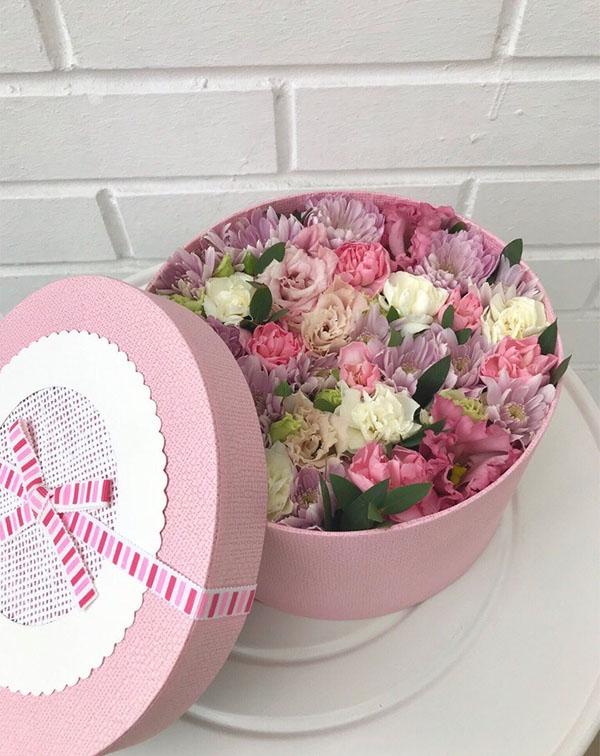 Букет цветов в круглой коробке