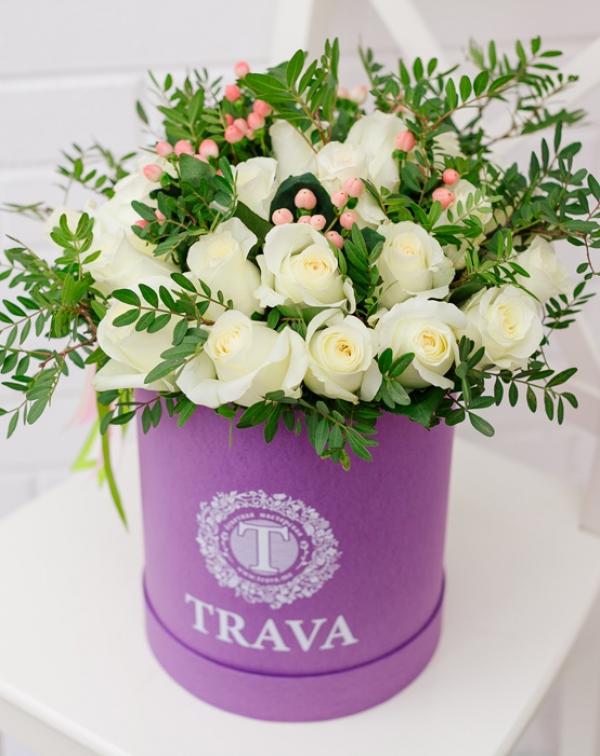 Букет цветов с белой розой и гиперикумом в коробке ТРАВА