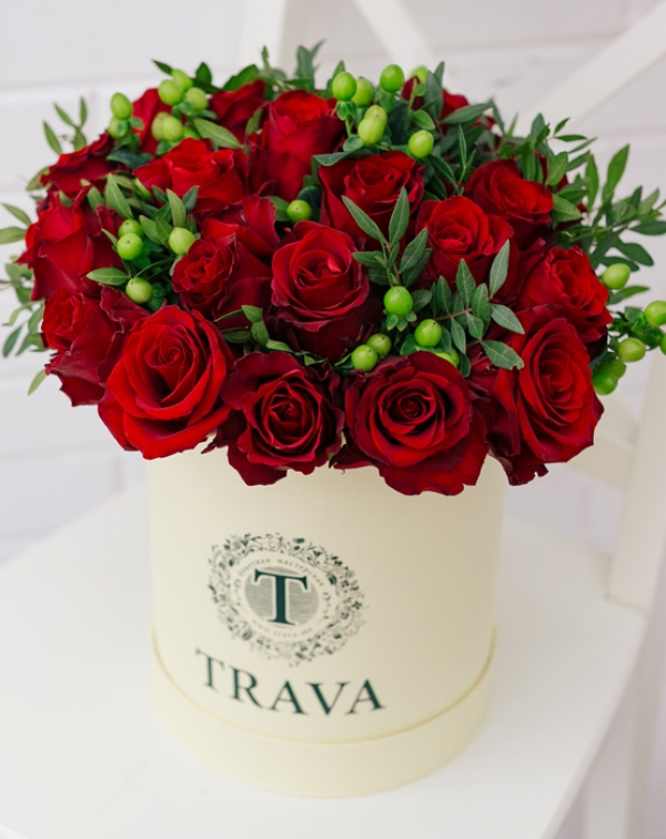 Букет цветов с красной розой и гиперикумом в коробке TRAVA