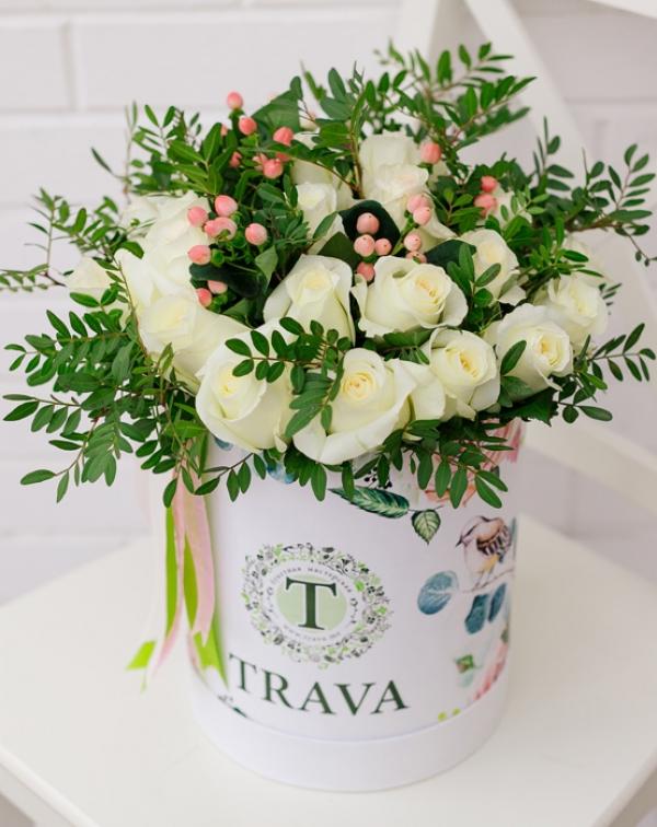 Букет цветов белая роза и гиперикум в коробке ТРАВА
