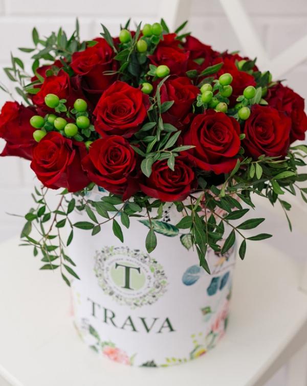 Букет цветов красная роза и гиперикум в коробке ТРАВА