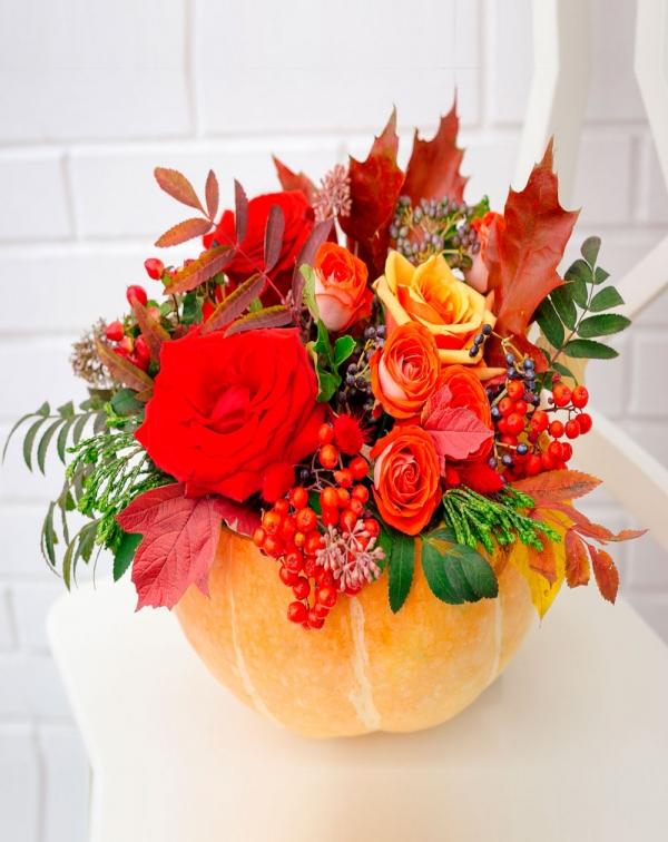 Букет в тыкве ко Дню учителя: розы, вибурнум, оазис, листья дуба, ...