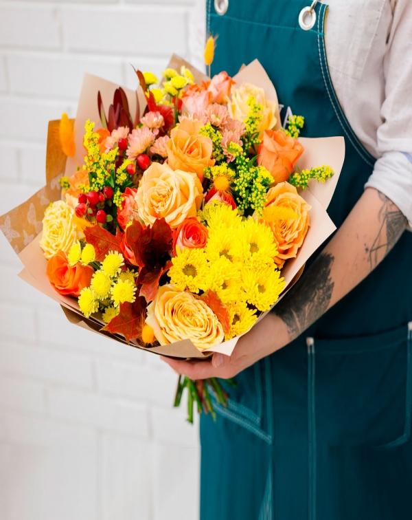 Букет осенний: хризантема, три вида роз, лист дуба, ...