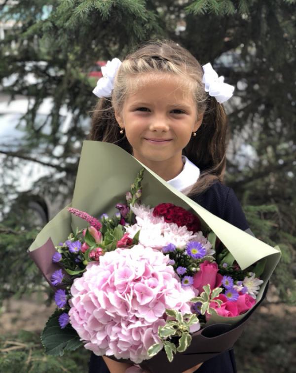 Букет на 1 сентября: гортензия, хризантемы, розы, ...